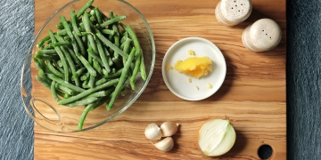 Fazolové lusky s česnekem a cibulí